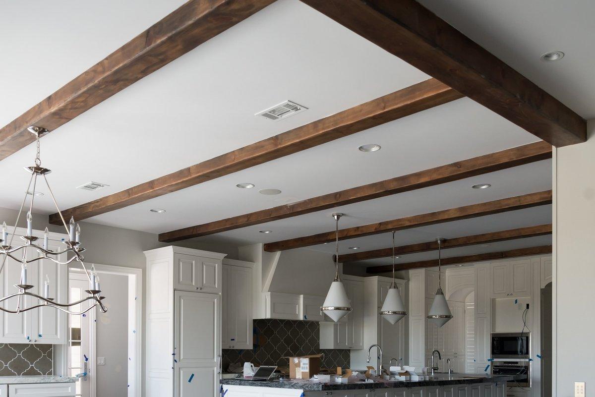 деревянные фальшбалки на потолке